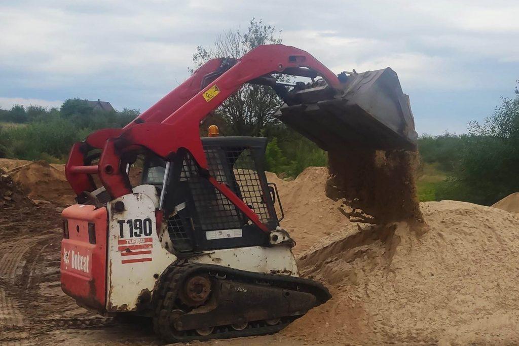 mini krautuvas raudonas smėlio krovimas